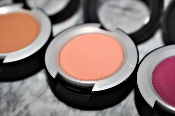 MAC Powder Kiss Eyeshadow - Strike A Pose