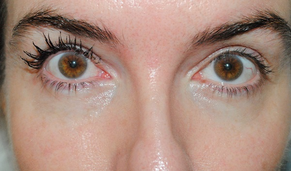 2 coats of Victoria Beckham mascara on one eye